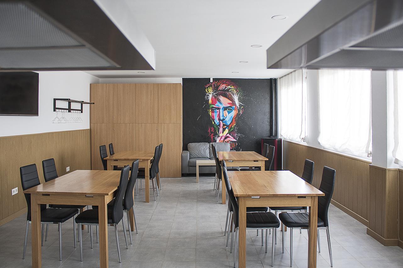 Mural y mesas del txoko de los locales de ensayo