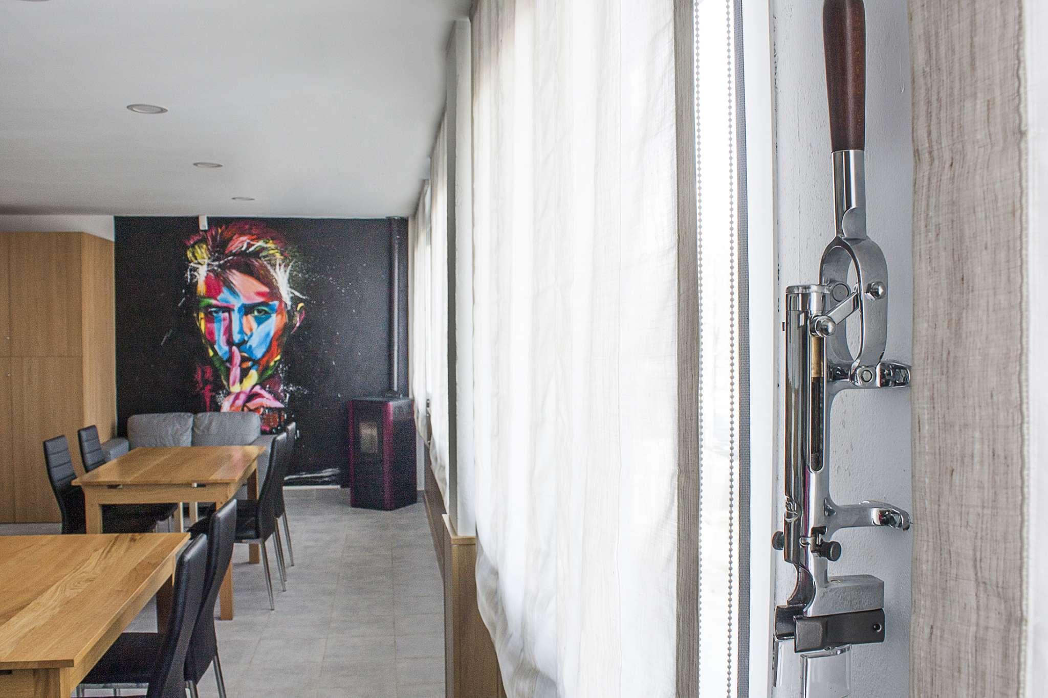 Abrebotellas y mural del txoko de los locales de ensayo